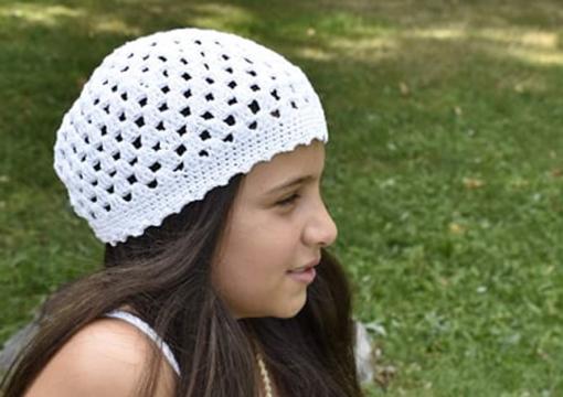 Плетена лятна шапка на една кука